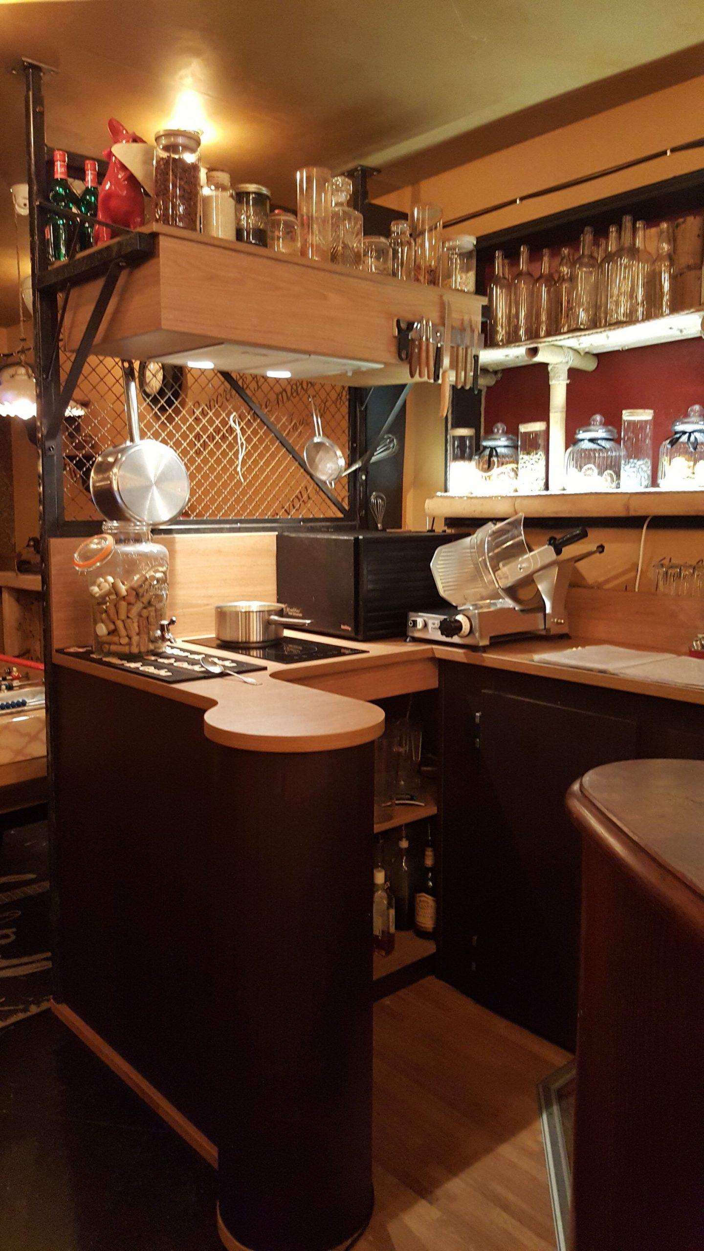 Comptoir cuisine dégustation du bar Le Chien Rouge à Albi agencé par SAFRA Agencement