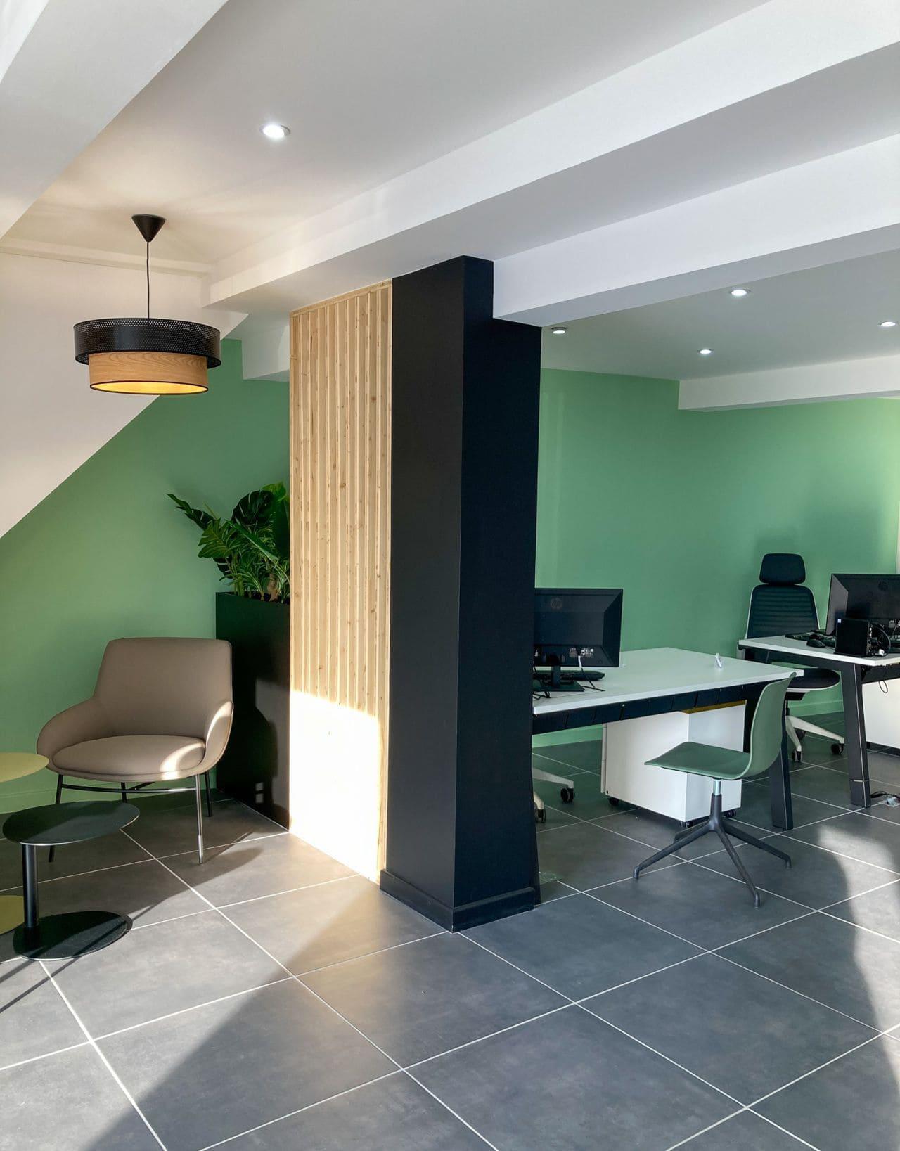 Espace bureau et espace d'attente chez Climexia agencé par SAFRA Agencement
