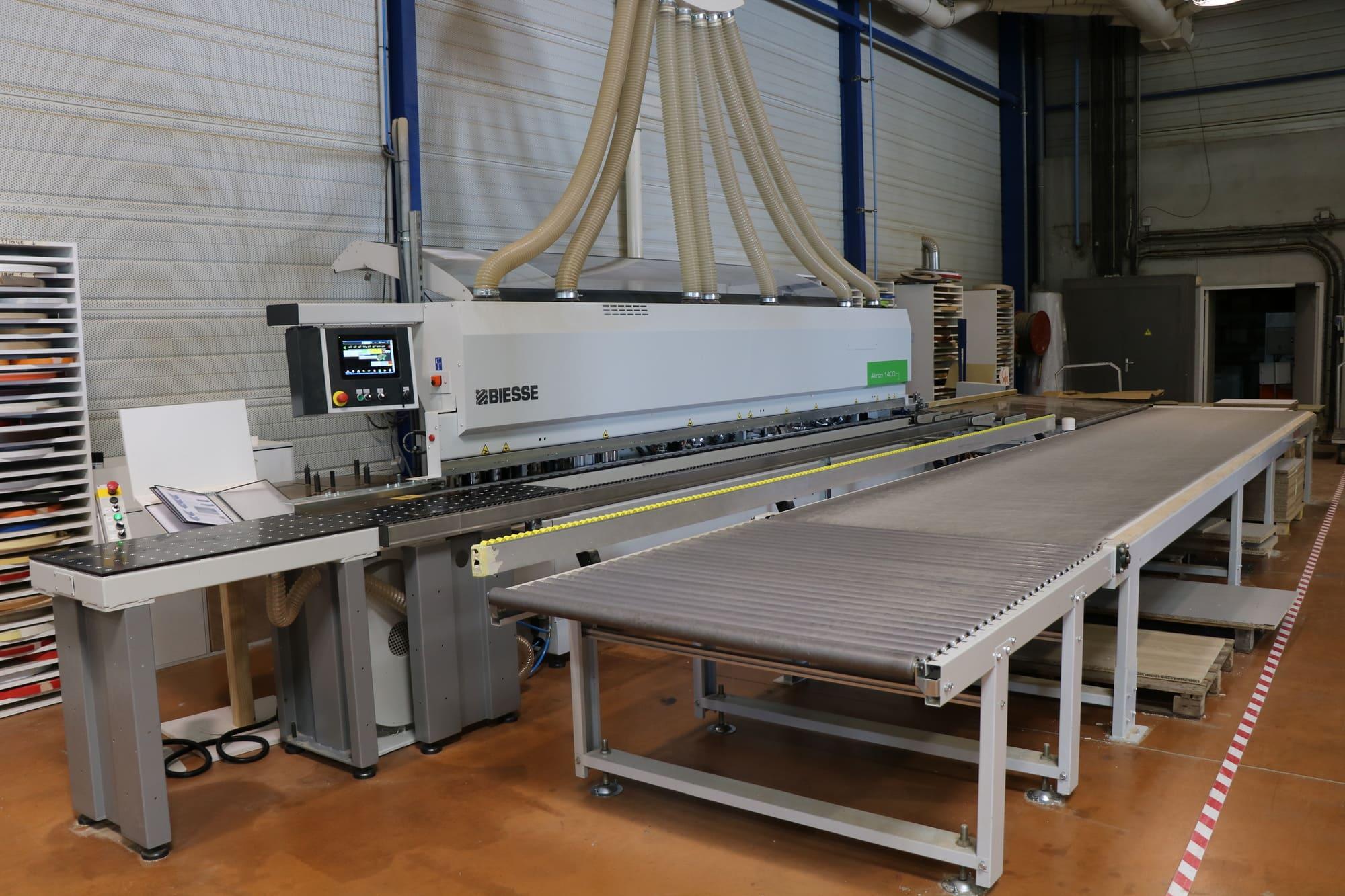 Machine pour travailler les panneaux de bois utilisés dans la fabrication de mobilier