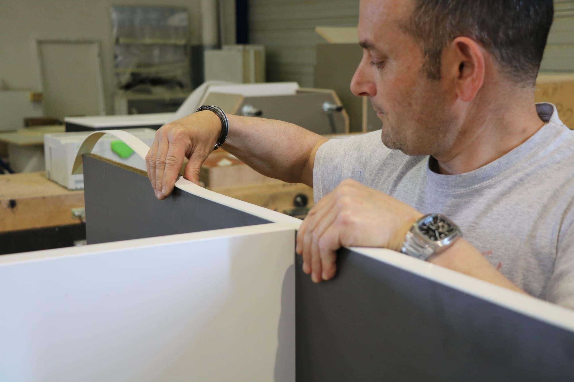 Menuisier qui assemble un mobilier