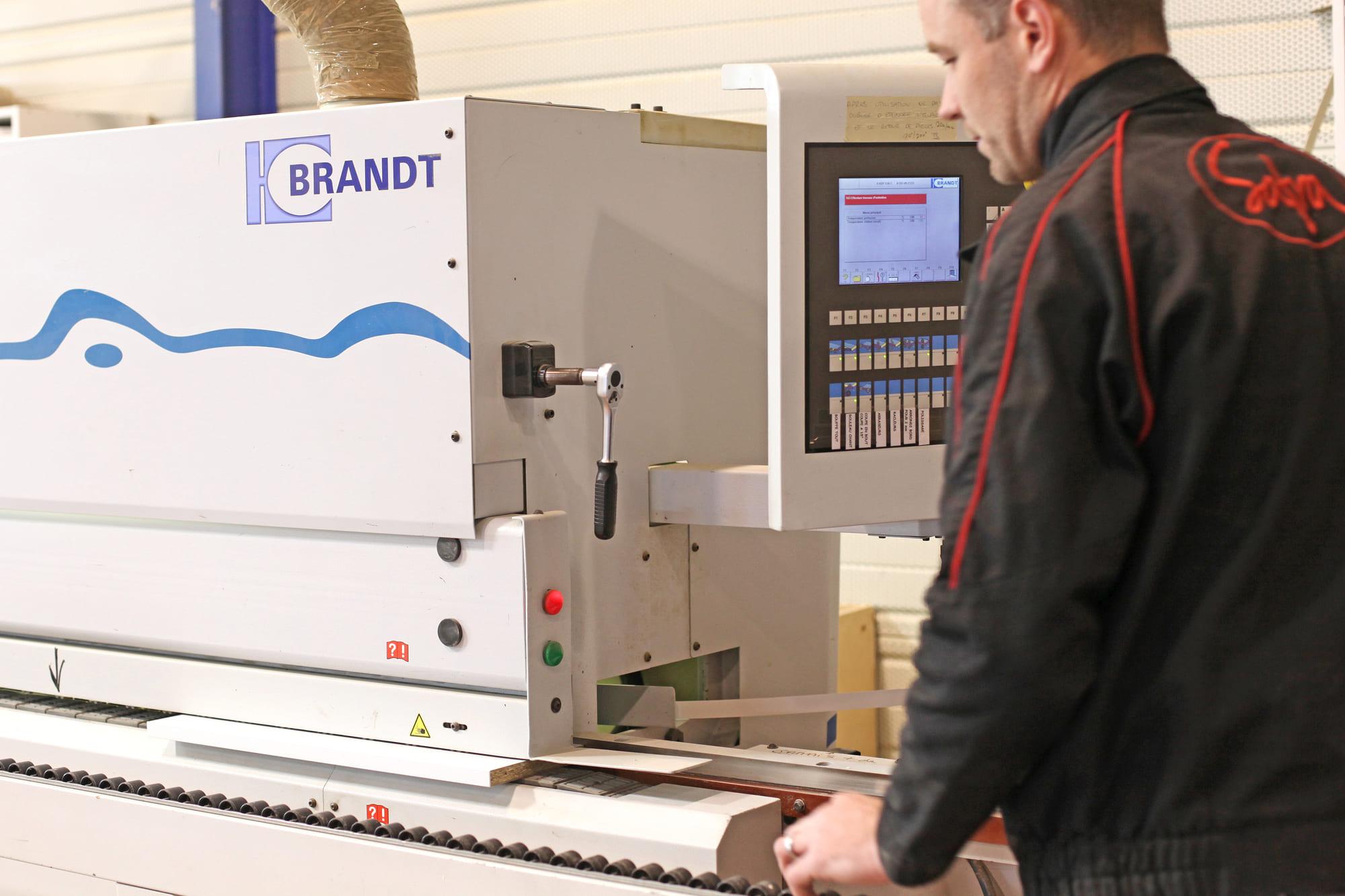 Menuisier utilisant une machine pour travailler le bois