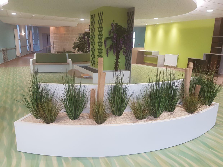 Décoration végétale dans l'entrée de l'EHPAD du Tané conçu par SAFRA Agencement