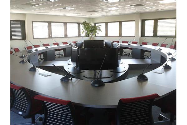 Salle de réunion avec une table ronde du CPAM du Tarn agencé par SAFRA Agencement
