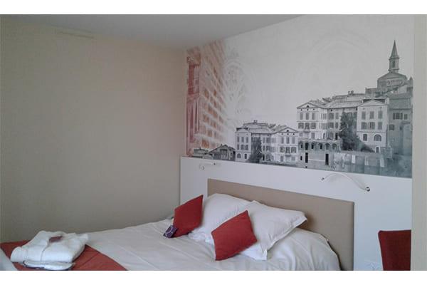 Lit et décoration murale d'une chambre de l'hôtel Mercure agencé par SAFRA Agencement