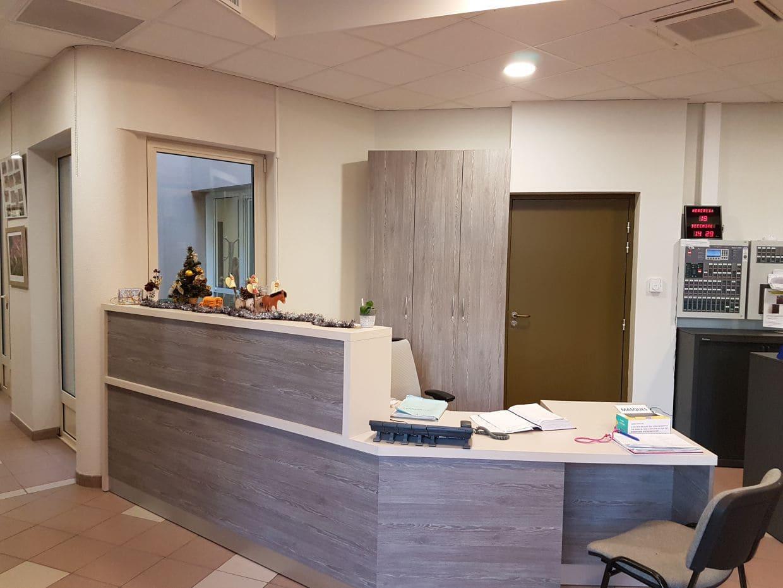 Comptoir d'accueil de la maison de retraite Les Quiétudes réalisé par SAFRA Agencement