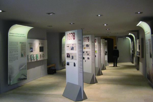 Vue d'ensemble d'une pièce du musée Valéry Giscard d'Estaing agencé par SAFRA Agencement