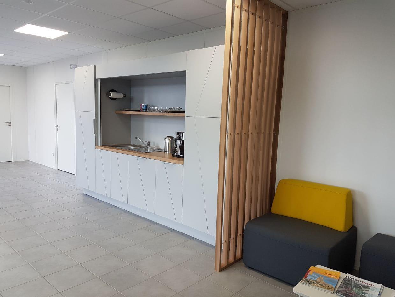Espace détente et espace restauration des locaux de Trimble à Albi réalisé par SAFRA Agencement