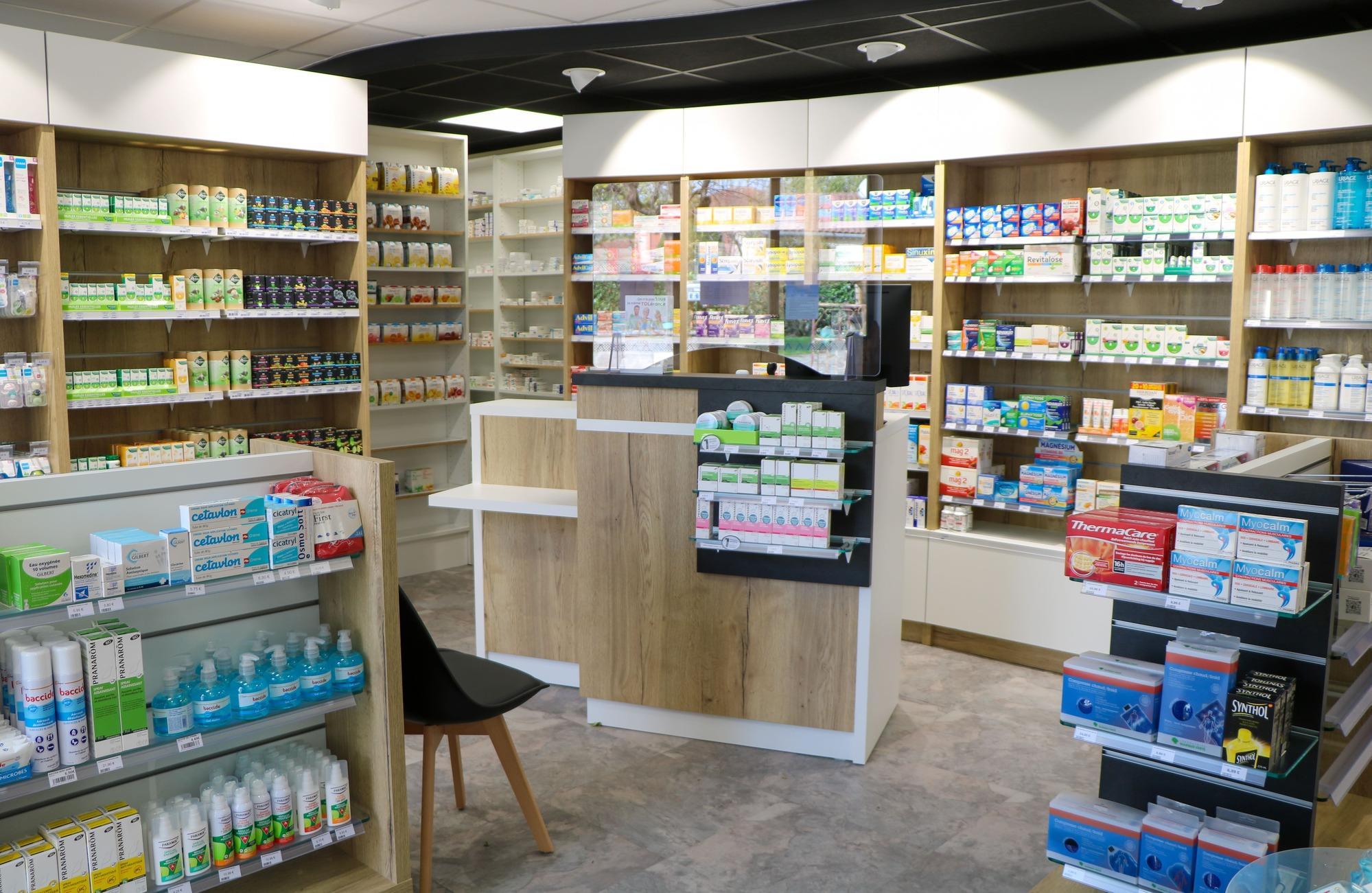 Intérieur de la Pharmacie de Valderiès agencé par SAFRA Agencement