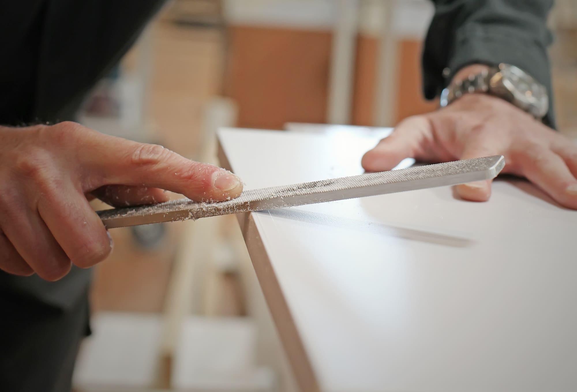 Menuisier qui travaille une planche de bois