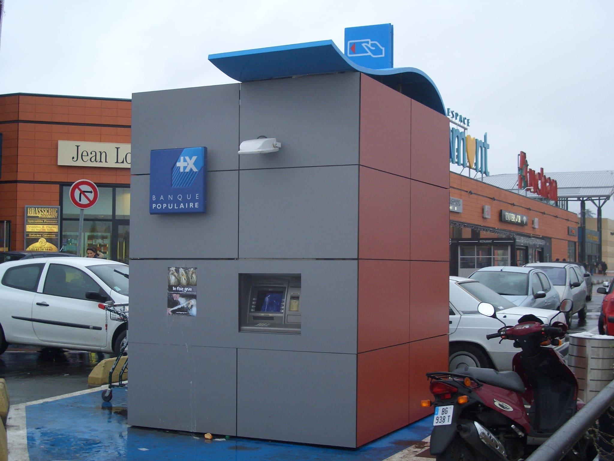 Distributeur extérieur de la banque populaire de Gramont