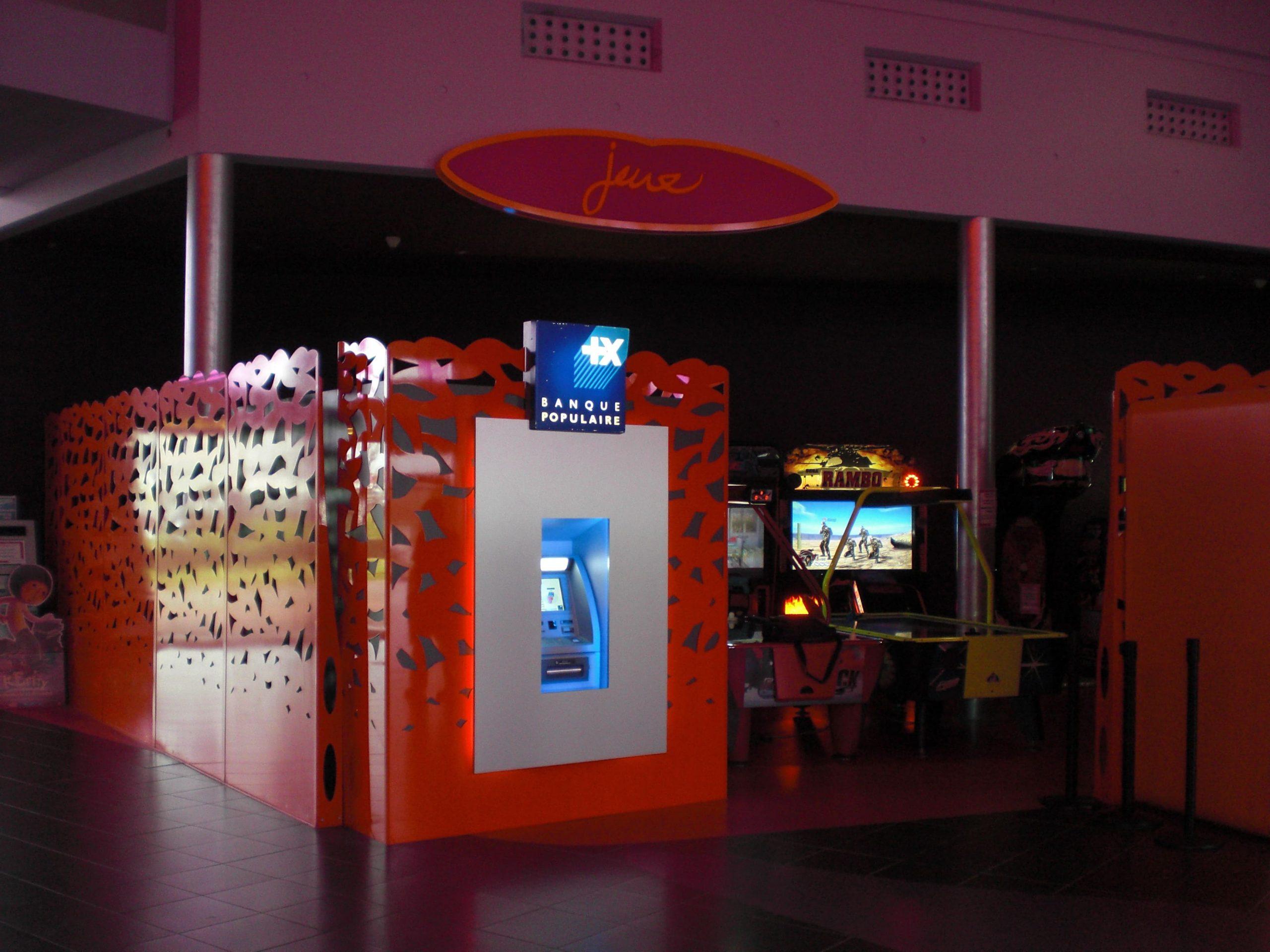 Vue de l'implémentation du distributeur de la Banque Populaire dans un cinéma à Labège
