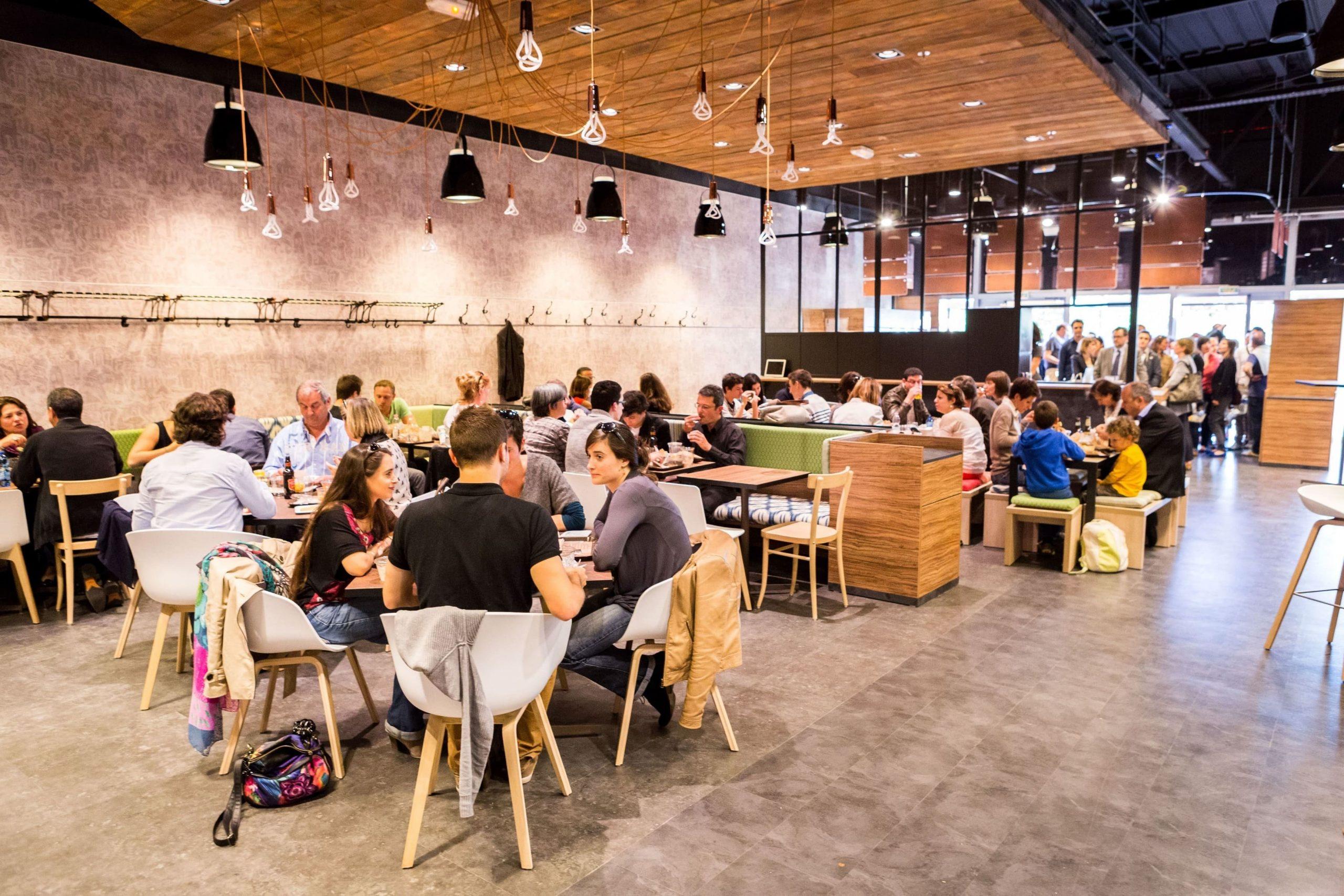 Espace restauration du BackPack Café à Labège agencé par SAFRA Agencement