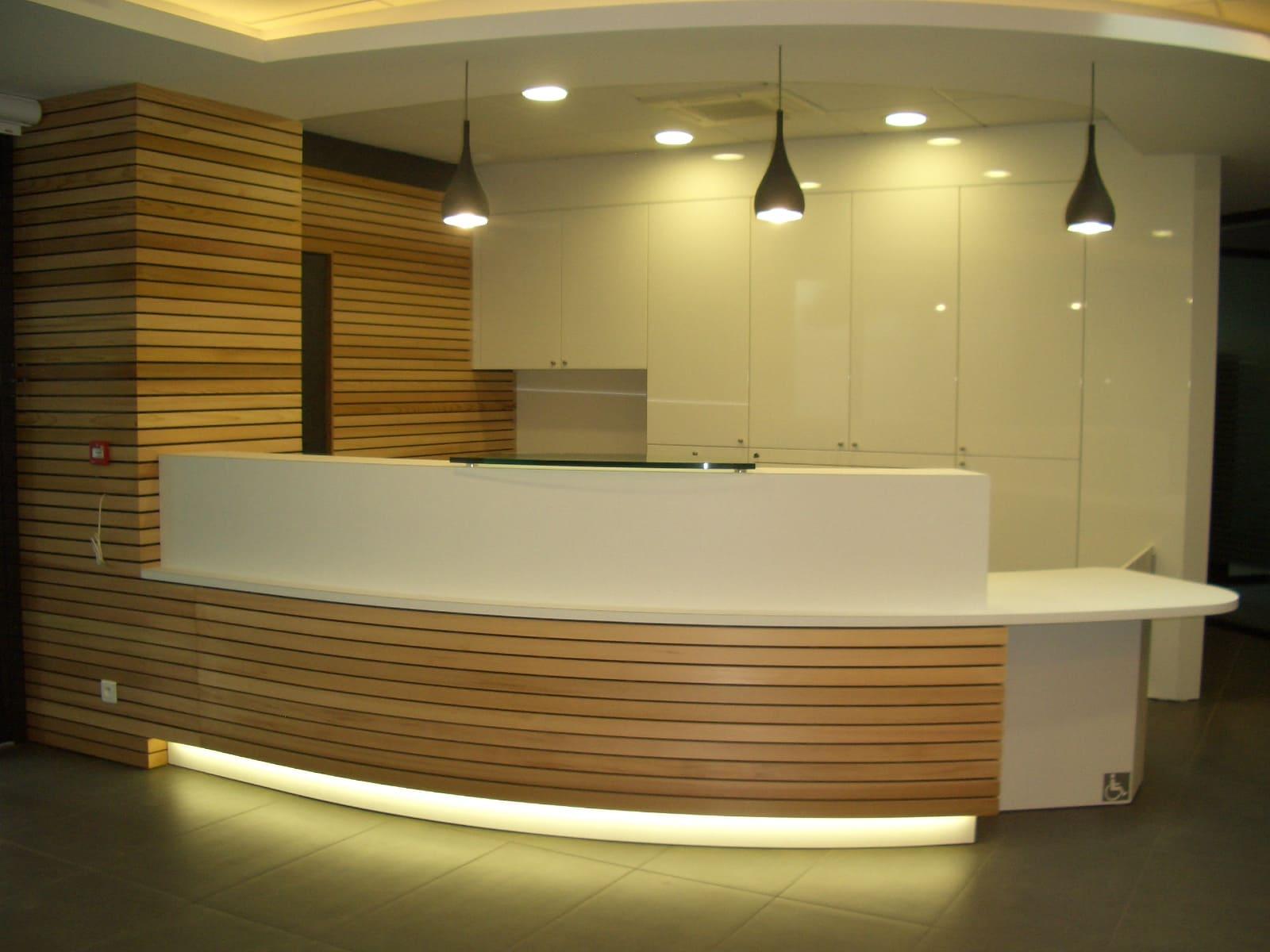 Comptoir d'accueil du Crédit Mutuel à Albi réalisé par SAFRA Agencement
