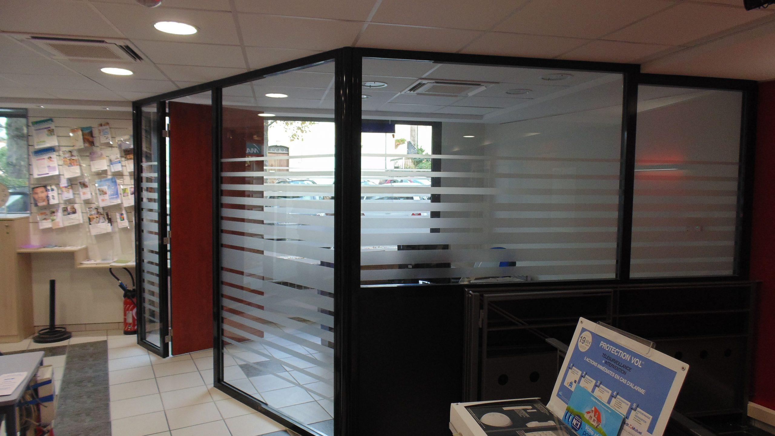 Cloison d'un bureau du Crédit Mutuelle à Mende conçu par SAFRA Agencement