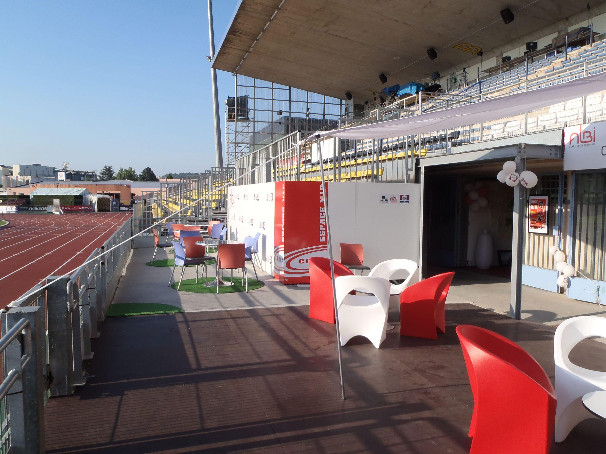 Vue d'ensemble de l'espace VIP du championnat de France d'athlétisme agencé par SAFRA Agencement