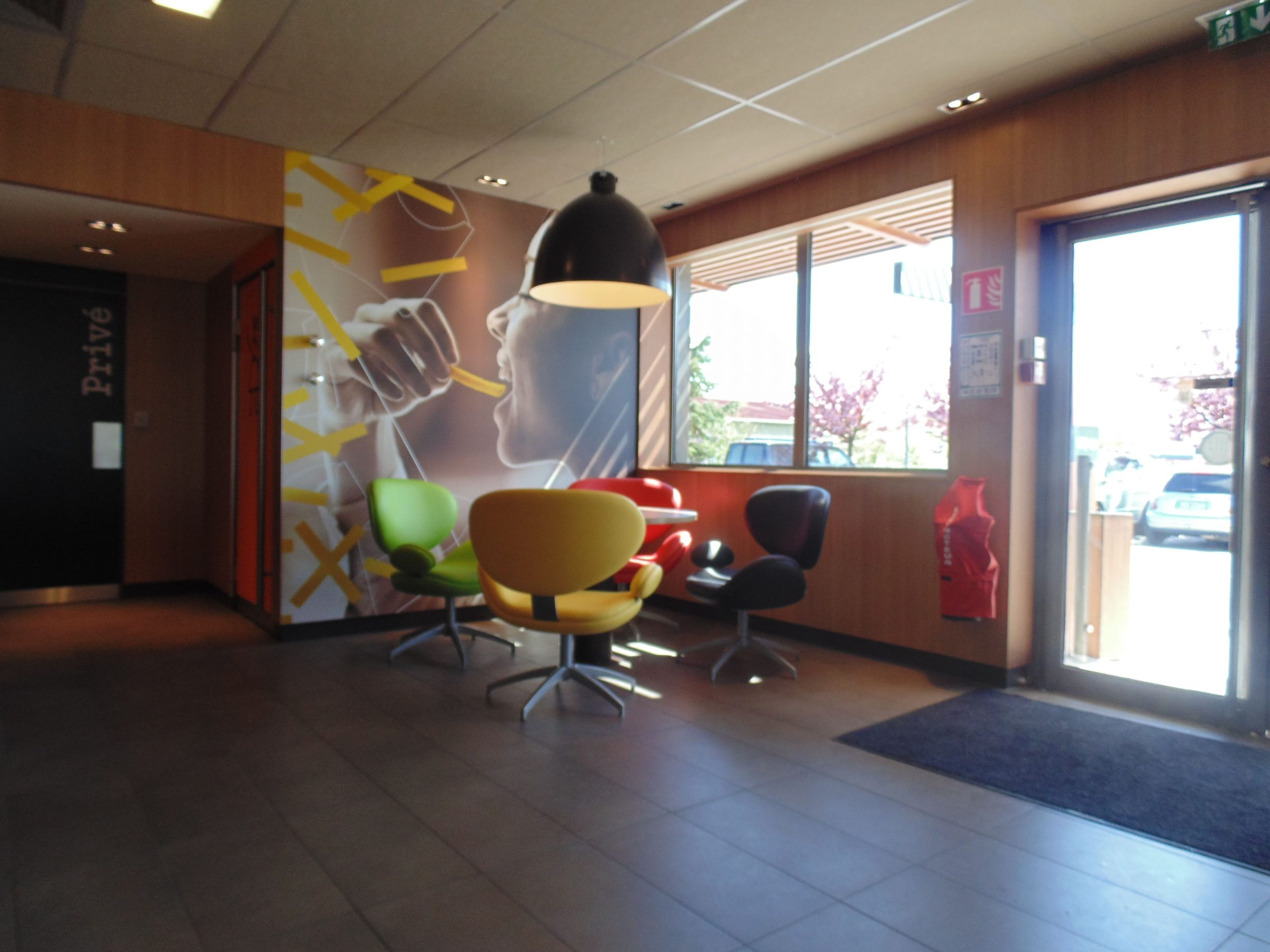 Espace restauration du McDonald's d'Eysines agencé par SAFRA Agencement
