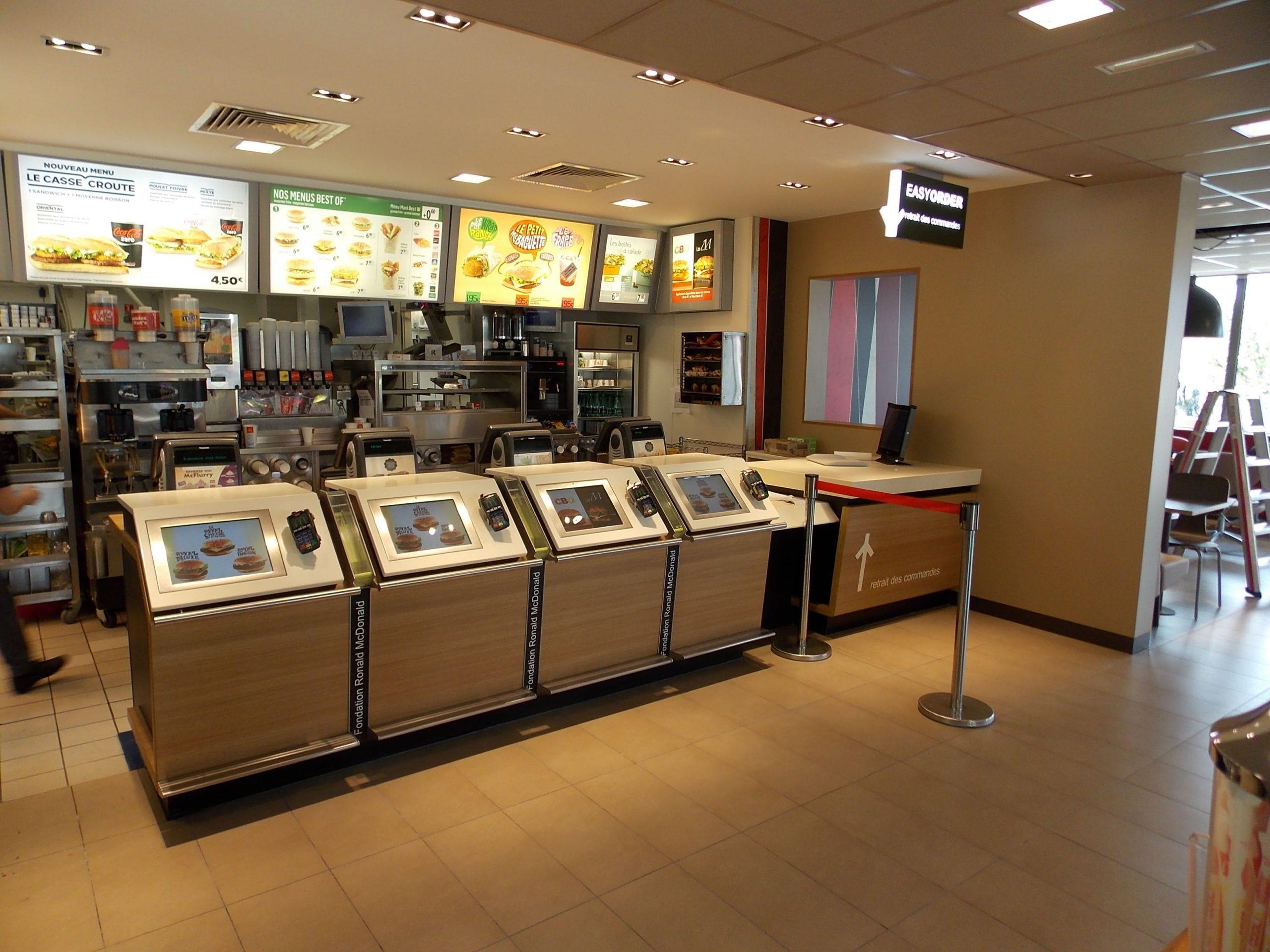 Comptoir de commande du McDonald's de Millau agencé par SAFRA Agencement