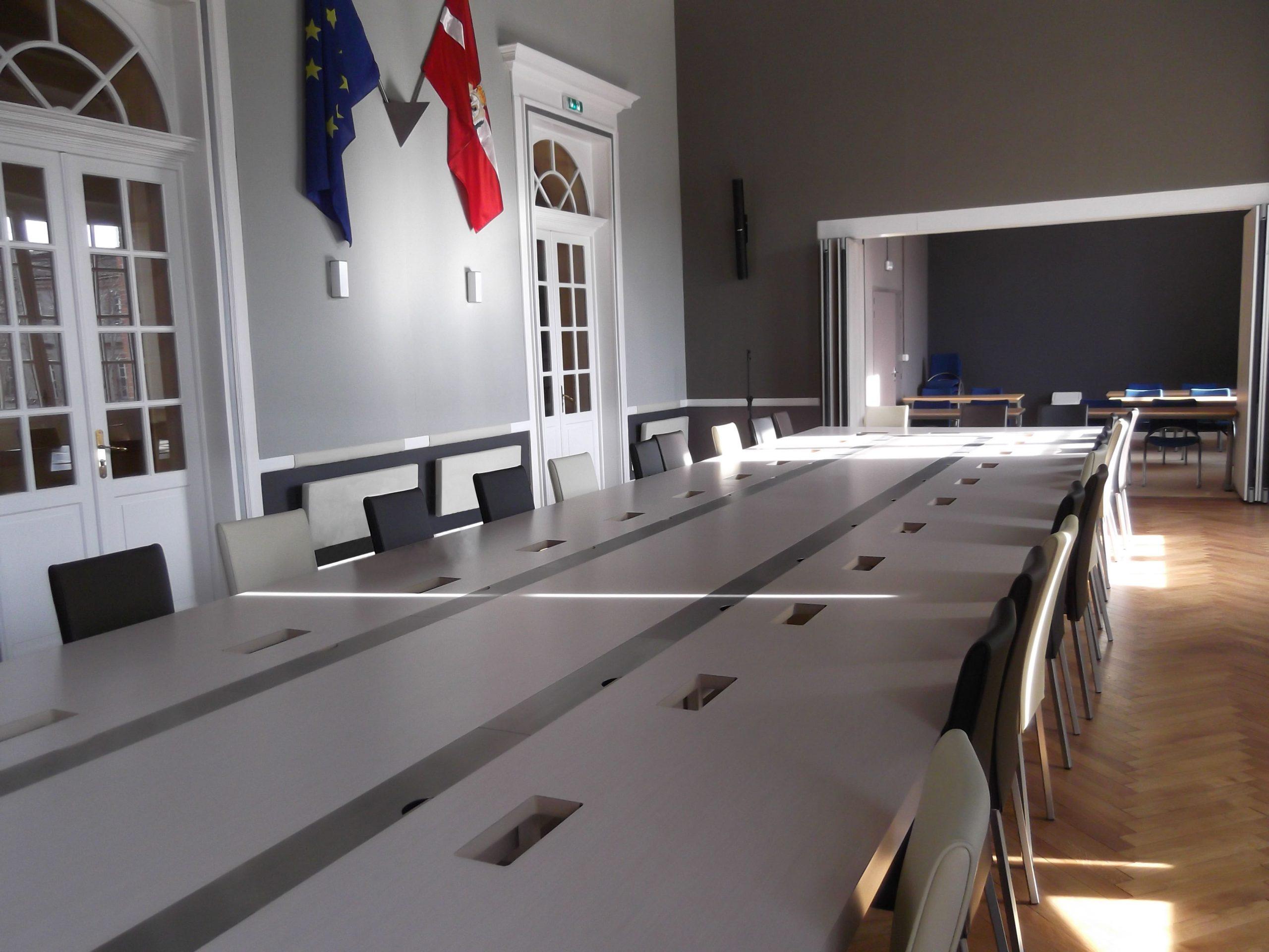 Salle du conseil municipal de la mairie de Gaillac agencé par SAFRA Agencement