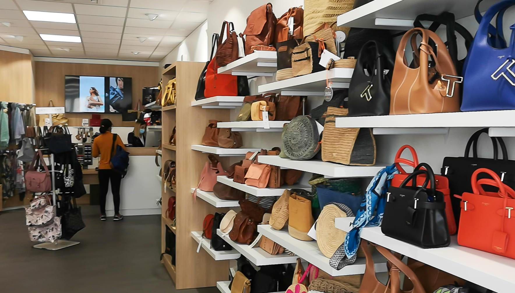 Meubles présentoirs muraux de la boutique Noix d'Arec à Castres agencé par SAFRA Agencement