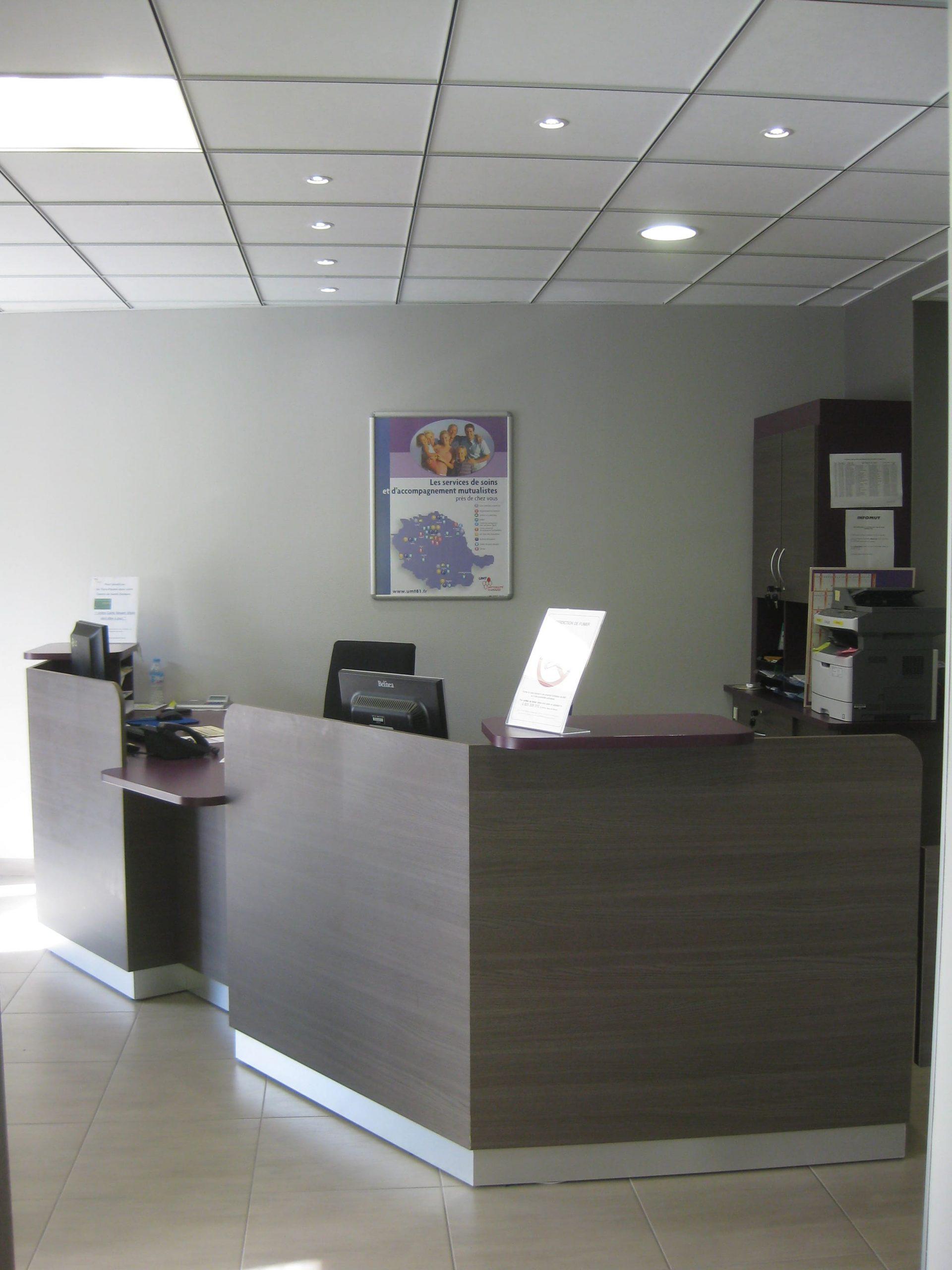 Comptoir d'accueil de l'UMT Dentaire de St-Juéry conçu par SAFRA Agencement