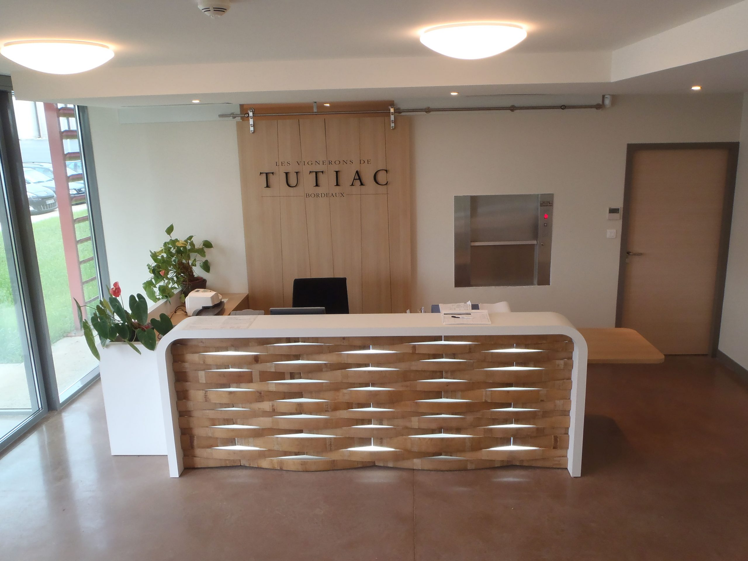 Banque d'accueil Les Vignerons de Tutiac à Marcillac agencé par SAFRA Agencement