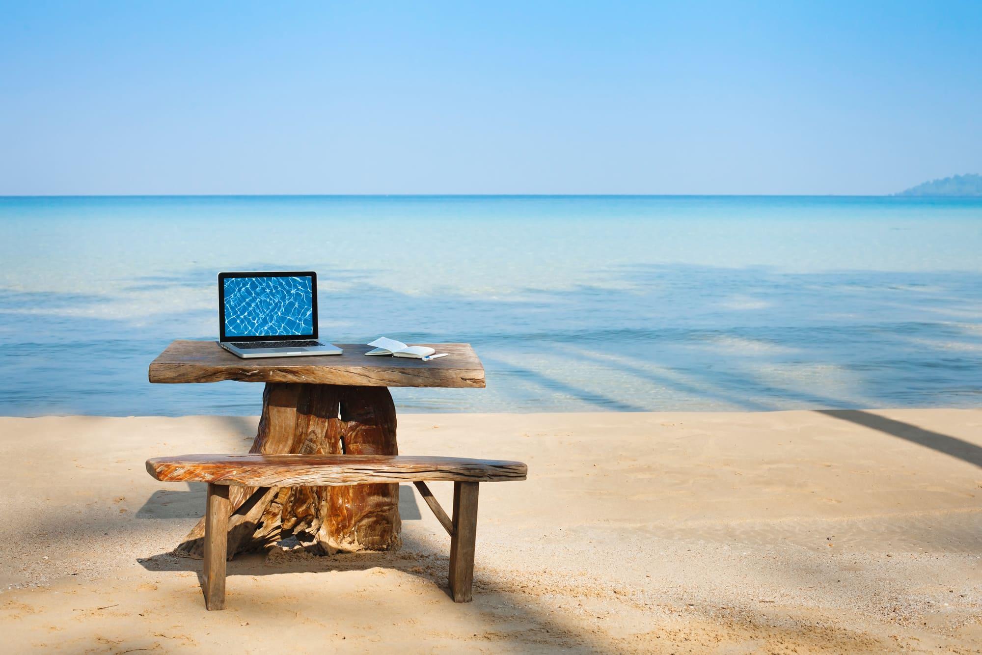 Bureau en bois sur la plage face à la mer